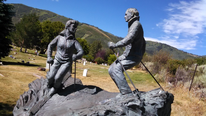 This couple immortalized their love of skiing.